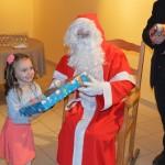Le père Noël distribue les cadeaux