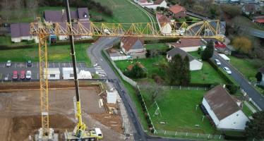 Montage de la grue sur le chantier du nouveau groupe scolaire